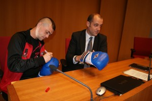 El boxeador profesional Andoni Gago dedica unos guantes al concejal de deportes del Ayuntamiento de Bilbao, señor Anuzita