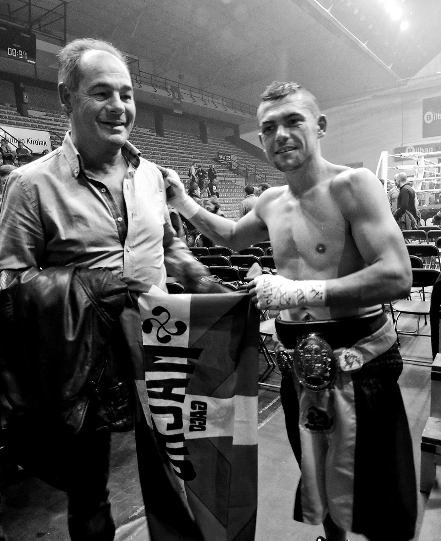 Andoni Gago y Andoni Amaña posan tras el combate. Dos campeones y tres décadas.