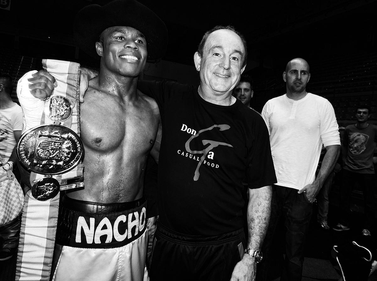 El premio al trabajo bien hecho: Celaya se fotografía con Nacho Mendoza y el cinturón de campeón de España del superligero logrado en Bilbao. Hacía muchos años que nos se disputaba un título profesional en La Casilla.