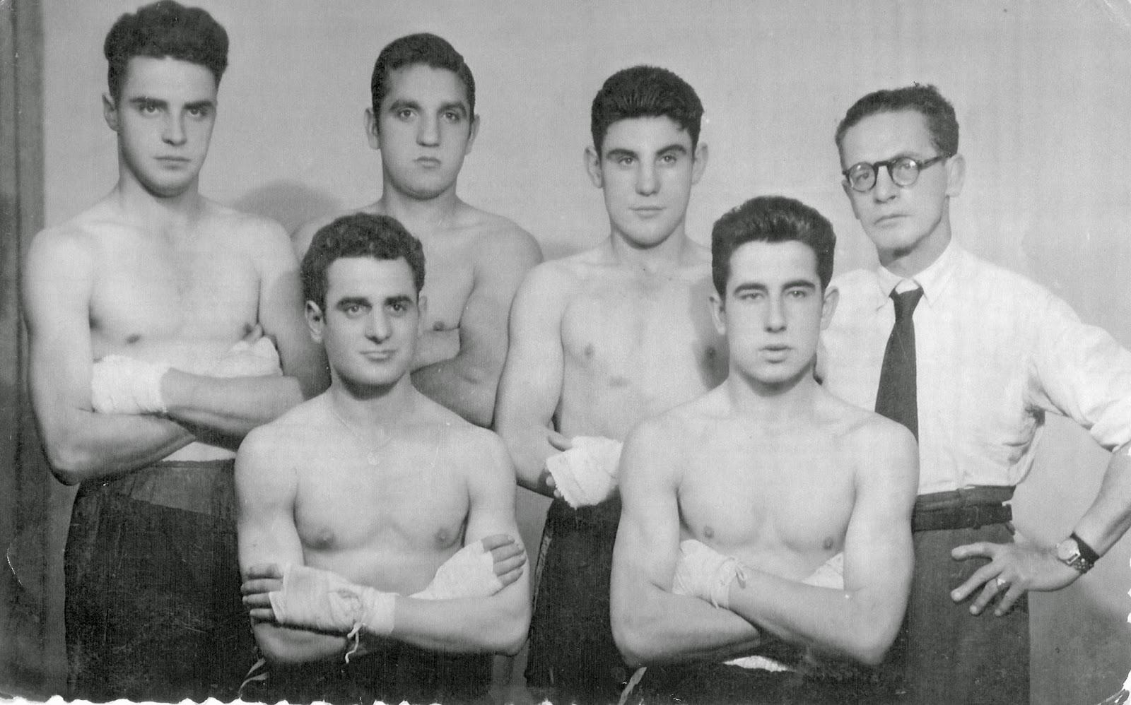 César Bernal, con los brazos cruzados abajo a la derecha, junto a compañeros de gimnasio y su entonces preparador, señor Mogrovejo (con corbata). (Miranda de Ebro, 1950)