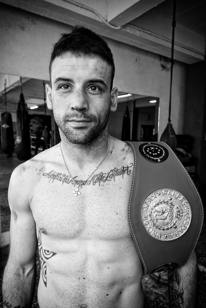 El luchador Haritz López de Lacalle muestra las rastros de la batalla que tuvo que librar con Marcelo González para lograr el preciado cinturón de campeón de España de K1 profesional WAKO en 66,8 kilos. (Foto: Iñaki Mendizabal).
