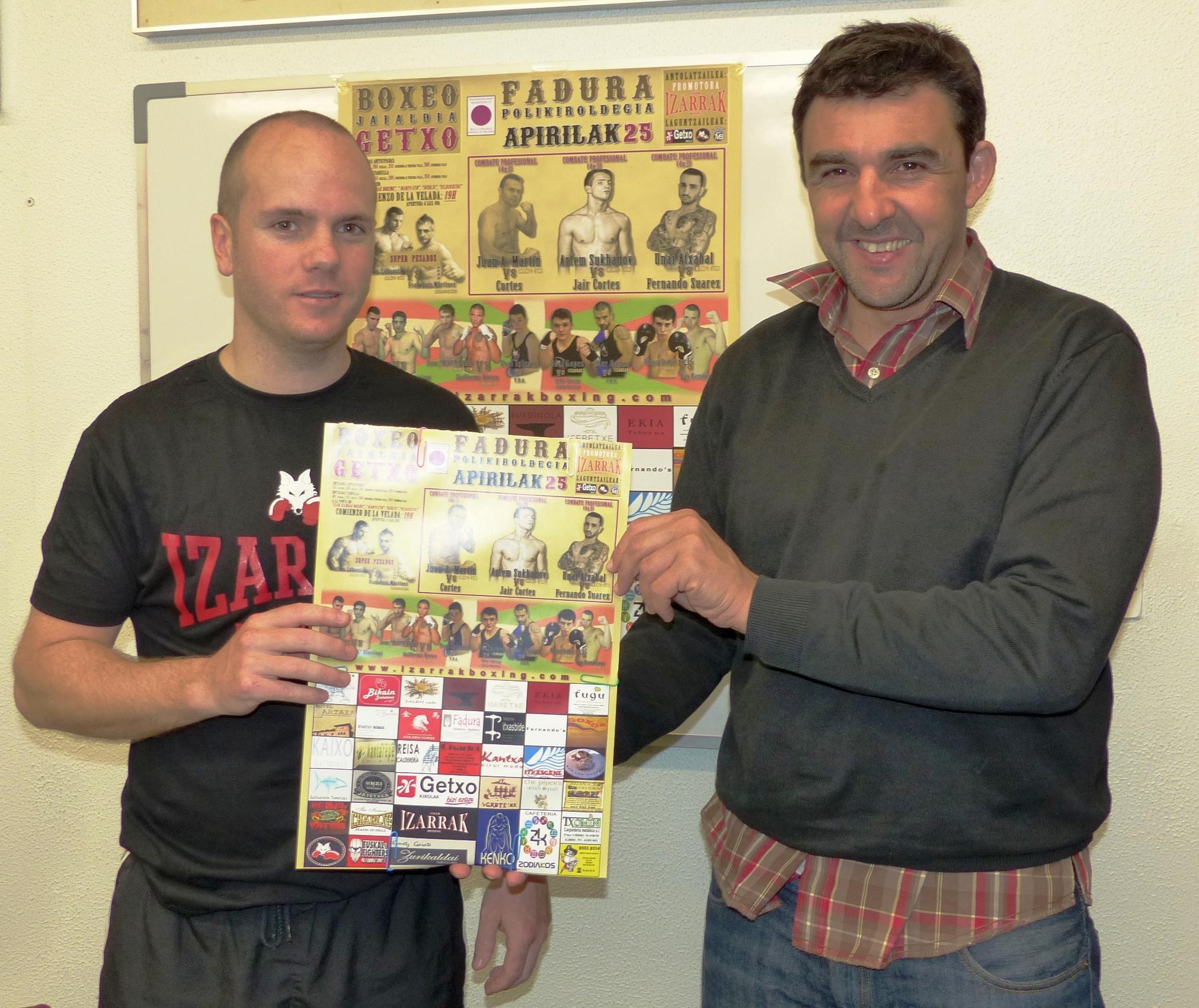 Boxeo: El concejal de deportes del ayuntamiento de Getxo, Alvaro González, y Jon Gaubeka, del club Izarrak, con el póster promovcional de la velada del 25 de abril en Fadura.