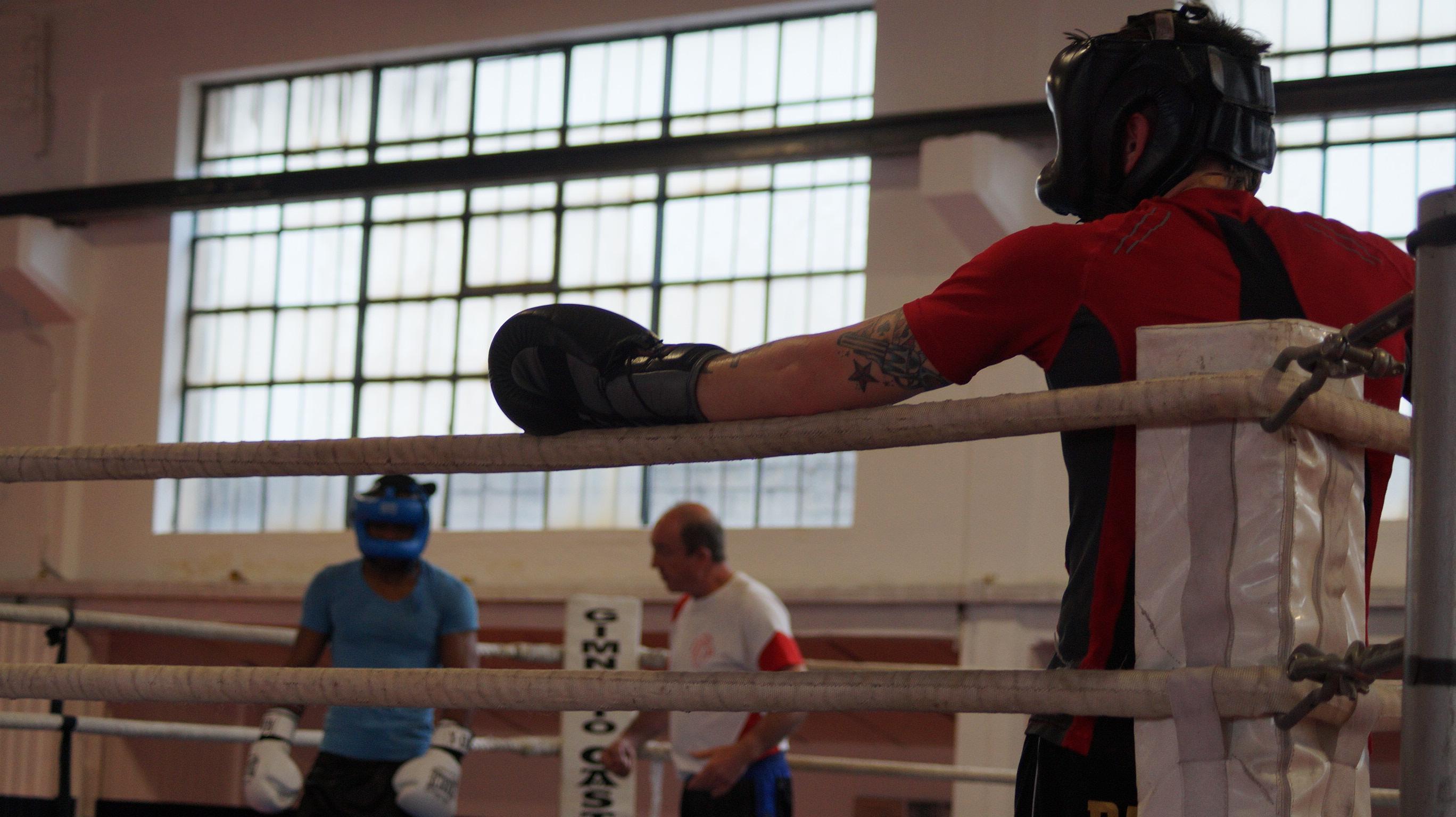 Uno de los rings del nuevo Gasteizsport de Vitoria es el escenario de las sesiones de sparring en las que trabajan Nacho Mendoza y Kerman Lejarraga a las órdenes de José Luis Celaya.