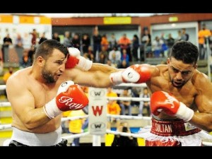 El boxeador profesional Marius Jacheanu, a la izquierda, en su reciente combate ante el invicto Nabil Krissi