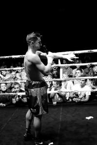 Boxeo profesional: Sergio Romero habla al público en La Casilla, Bilbao.