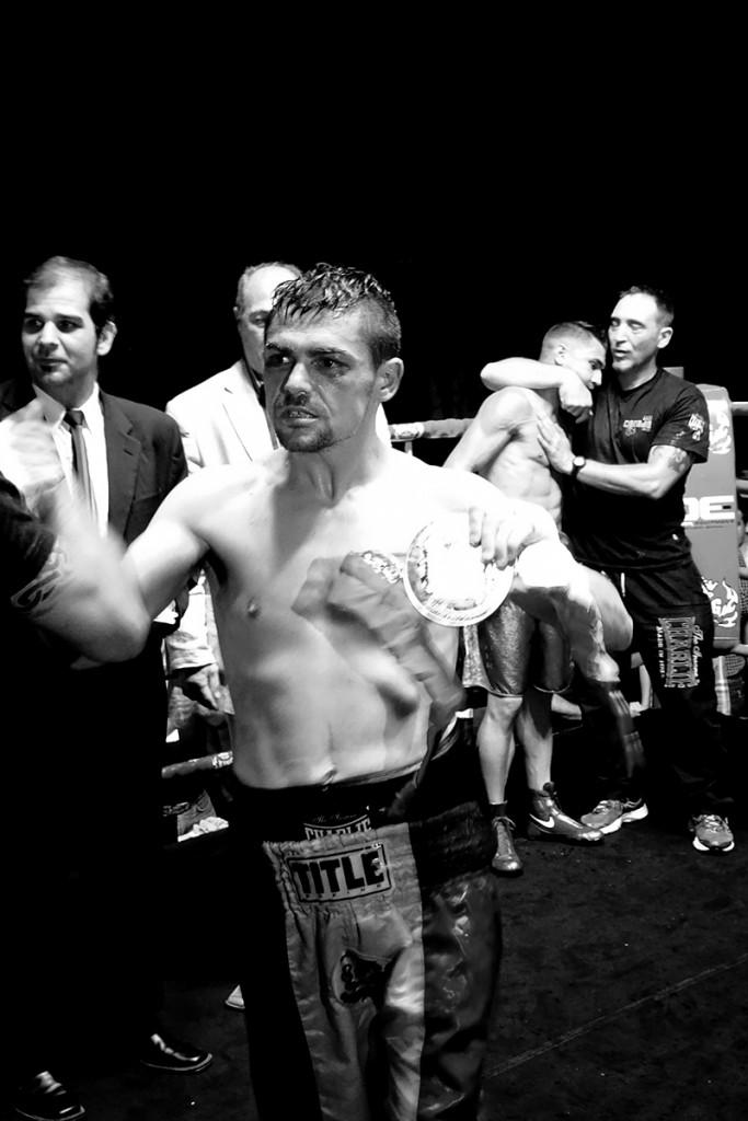 Boxeo profesional: Andoni Gago celebra la victoria