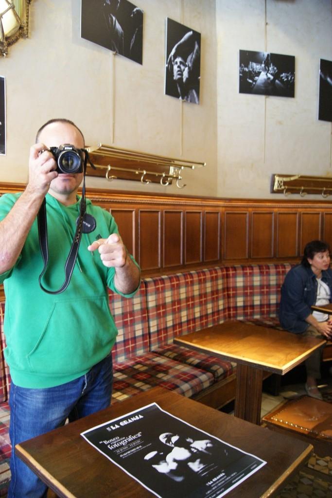 Boxeo: El autor de las fotografías posa tras haber colocado las piezas en el Café La Granja de Bilbao.
