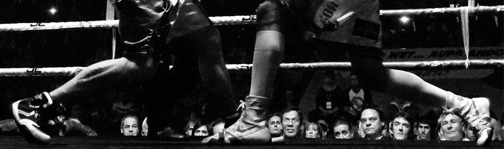 Boxeo profesional en Bilbao: las piernas de Andoni Gago y Marc Vidal durante su combate en la Casilla, Bilbao