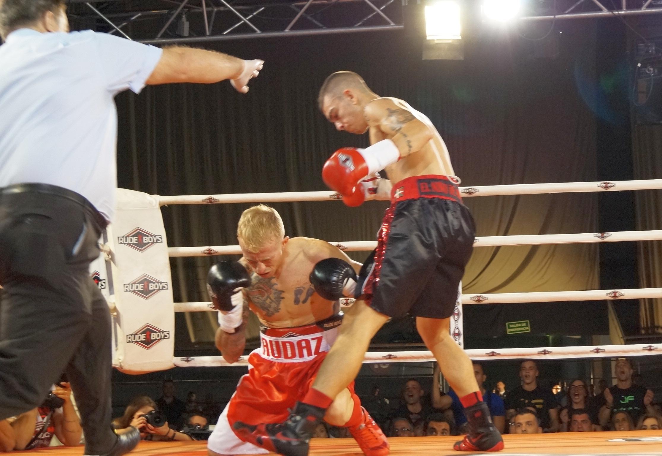 Boxeo profesional en Madrid: Rubén García acaba de recibir un recto de derecha de Jon Fernández en la sien izquierda que resultará definitivo.