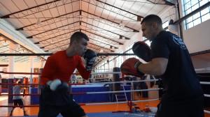 Jon Fernández hace manoplas con Igor Cabezas en el Gimnasio Gasteiz Sport