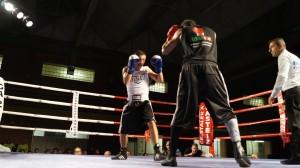 Esteban Jiménez, de espaldas, mide a Ionut Baluta en un combate que ganó por KO