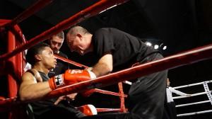 Celaya en la esquina del boxeador Esteban Jiménez, con Andoni Alonso como segundo, durante una velada de boxeo en Vitoria - Gasteiz