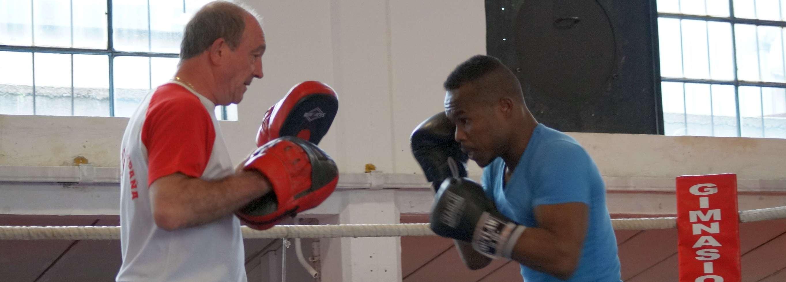 El preparador de boxeo José Luis Celaya pone las manoplas al boxeador Nacho Mendoza en el Gimnasio Gasteiz Sport de Vitoria