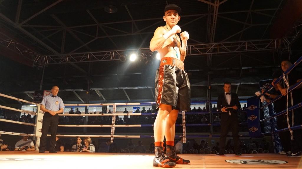 Jon Fernández posa en el ring tras su última victoria en Alcobendas.