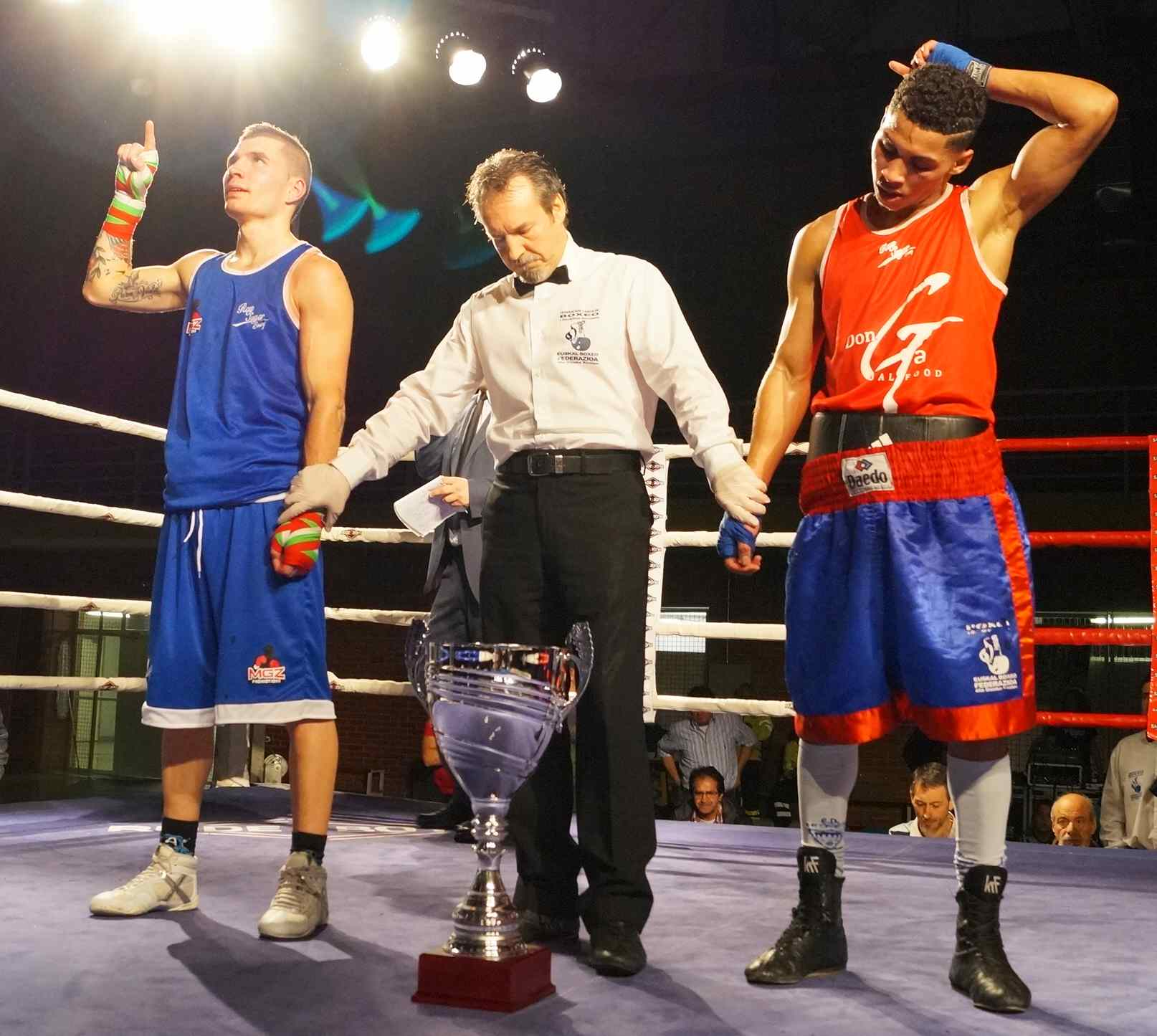Ibon Larrinaga, de azul, y Esteban Jiménez, de rojo, esperan el veredicto de los jueces tras un gran combate.