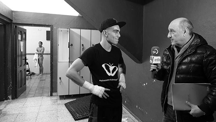 El boxeador de Bilbao Bizkaia, Jon Fernández (Jonfer) atiende a televisión autonómica de Euskadi en frontón de Etxebarri (Bizkaia)