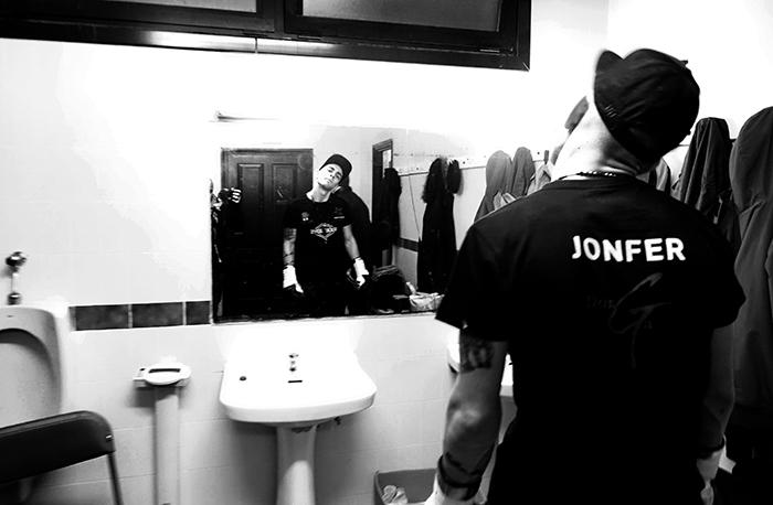 Jon Fernández hace ejercicios de calentamiento antes de salir al ring el pasado 19 de febrero en Etxebarri.