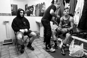 Velada de boxeo en Etxebarri Bizkaia: Jon Fernández. Iker Fernández y José Luis Celaya, en el vestuario