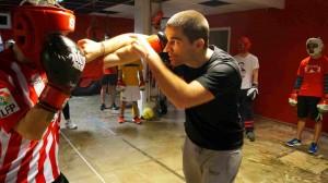 Kepa Sabin Lertxundi durante una clase de boxeo en su gimnasio: Bunk3r (Calle Villa de Plentzia, Getxo).