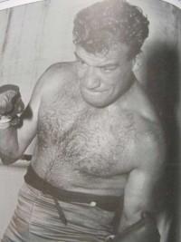 El boxeador Agustín Argote (1926-1996), natural de Olazagutia (Navarra) pero bilbaíno de adopción, que disputó el campeonato de España del wélter, fue varias veces campeón del ligero y llegó a disputar el campeonato australiano de este último peso antes de retirarse en 1957 con un récord de 38 victorias, 17 derrotas y 7 nulos.
