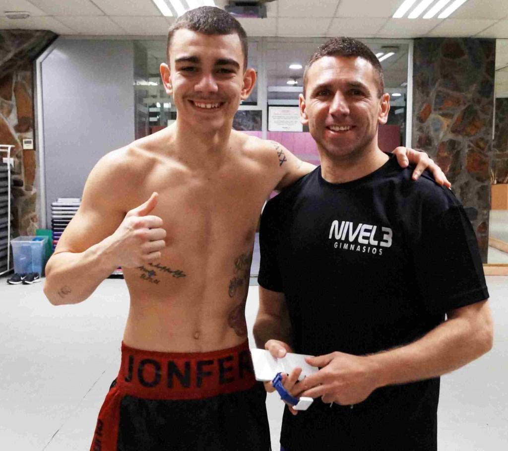 Jon Fernández y su entrenador, Igor Cabezas, tras una sesión de trabajo en el Gimnasio Nivel 3 de Inadautxu (Bilbao)