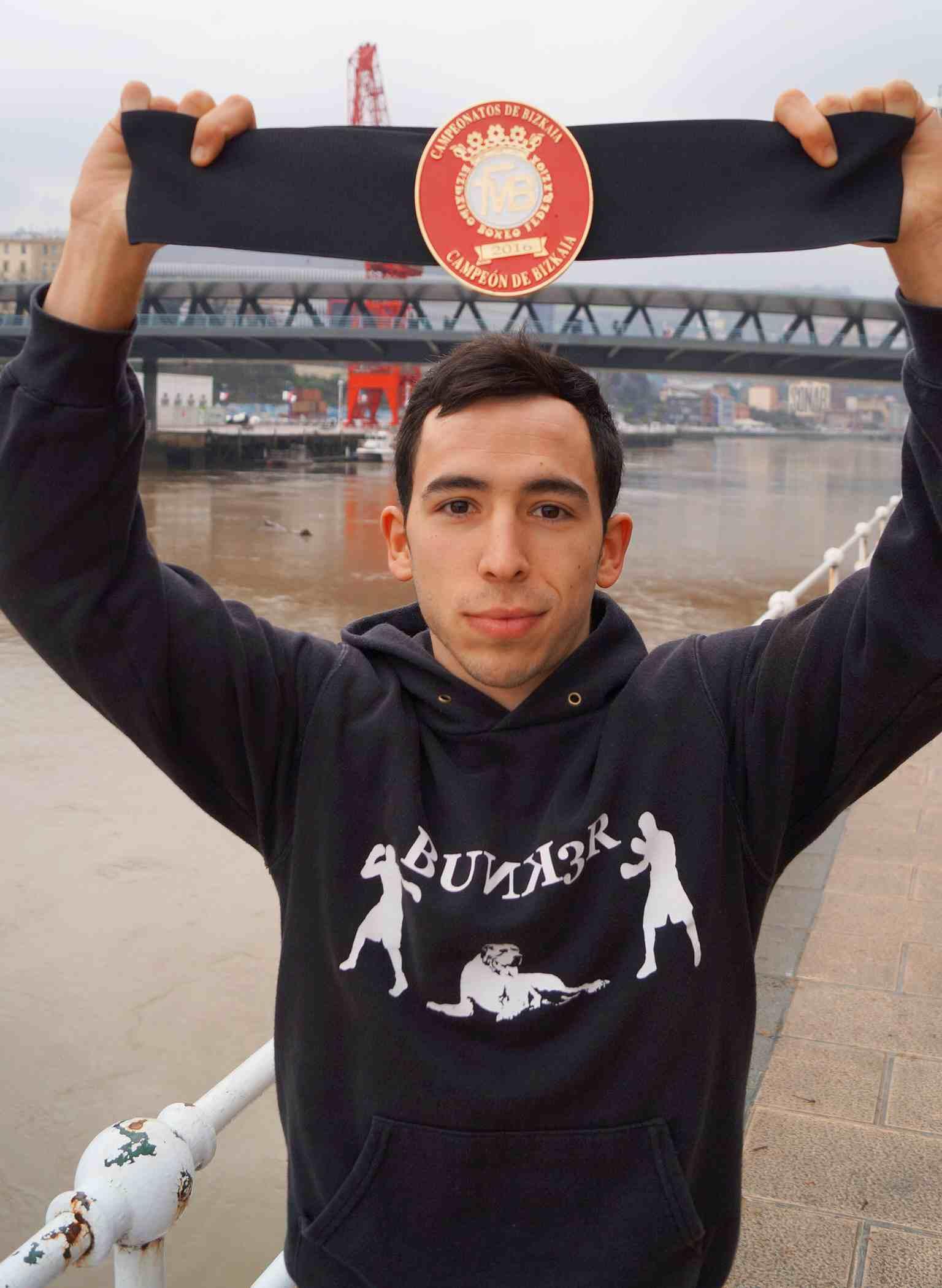 Jon Núñez con su cinturón de campeón de Bizkaia del peso ligero