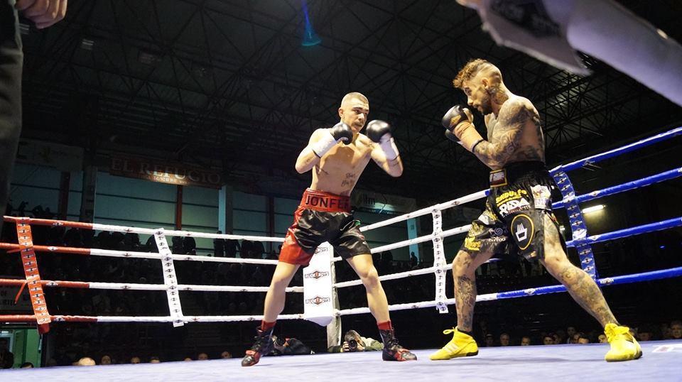 Fernández se mostró seguro en su boxeo, intratable y terriblemente eficaz.