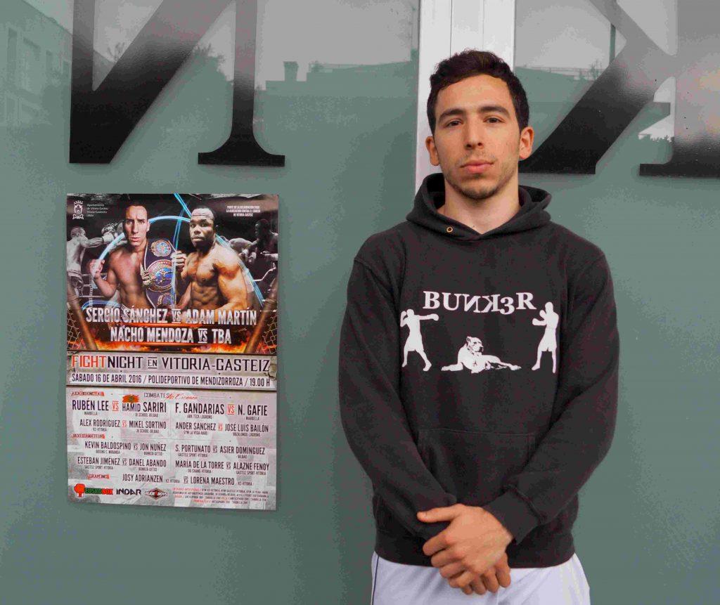Jon Núñez, a la puerta del club en el que entrena, Bunk3r, en Romo (Getxo, Bizkaia).