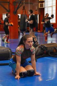 Lorena Maestro calienta antes de entrenar en el tatami del Gimnasio K2 de Vitoria esta semana.