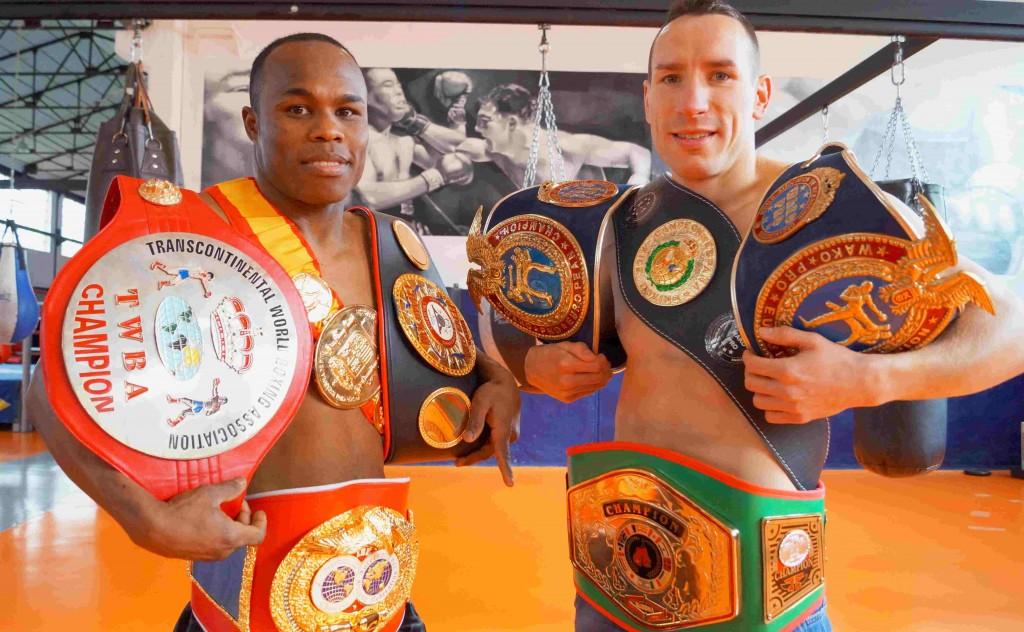 Dos vitorianos que coleccionan títulos: Nacho y Sergio con algunos de los cinturones que han conquistado en sus carreras
