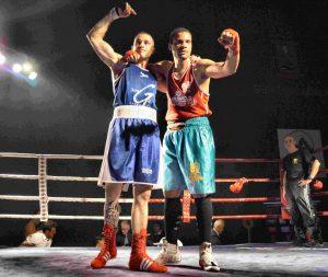 El bermeano Andoni Domínguez y Yefri Peralta saludan al numeroso público tras su combate.
