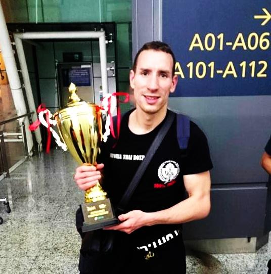 El luchador alavés con el trofeo conquistado en Zhengzhou