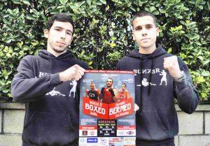 Los campeones de Euskadi Jon Núñez y Danel Abando posan con el cartel de la velada del 20 de mayo en Bermeo