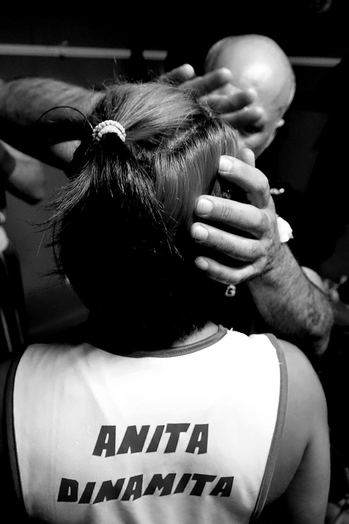 Velada de boxeo en Ordizia Guipuzcoa, la boxeadora Ana Medina recibe vaselina en el rostro