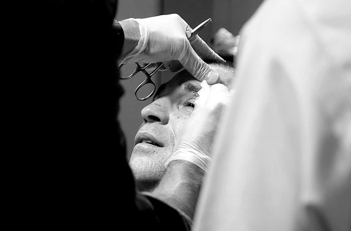 velada de boxeo en Ordizia Gipuzkoa, el médico sutura la ceja del boxeador de Bermeo Bizkaia, Andoni Domínguez