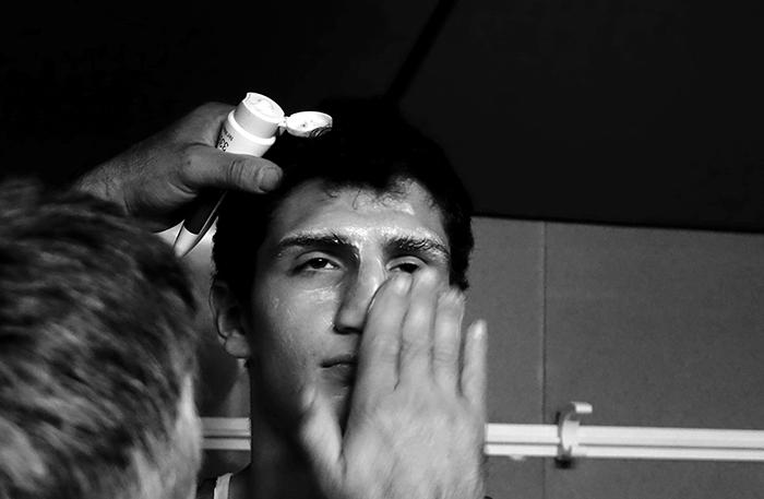 Velada de boxeo en Ordizia Guipuzcoa, el joven boxeador Iván Revilla recibe vaselina en el rostro