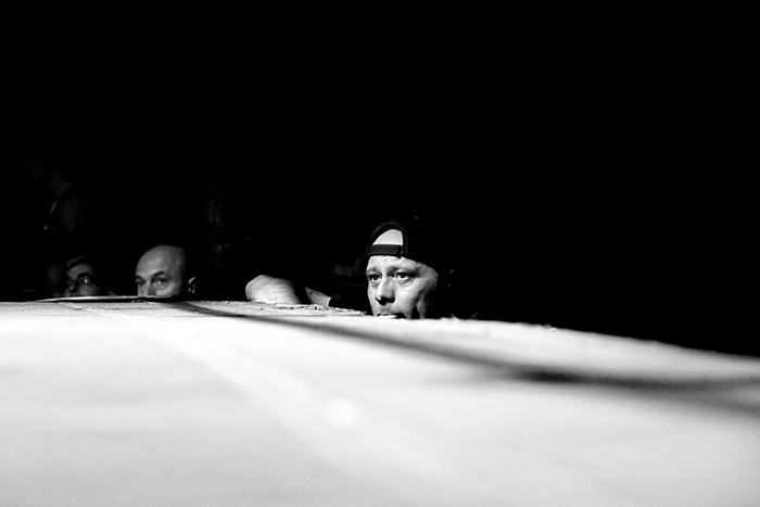Velada de boxeo en Ordizia Guipuzcoa, la mirada del preparador durante el combate