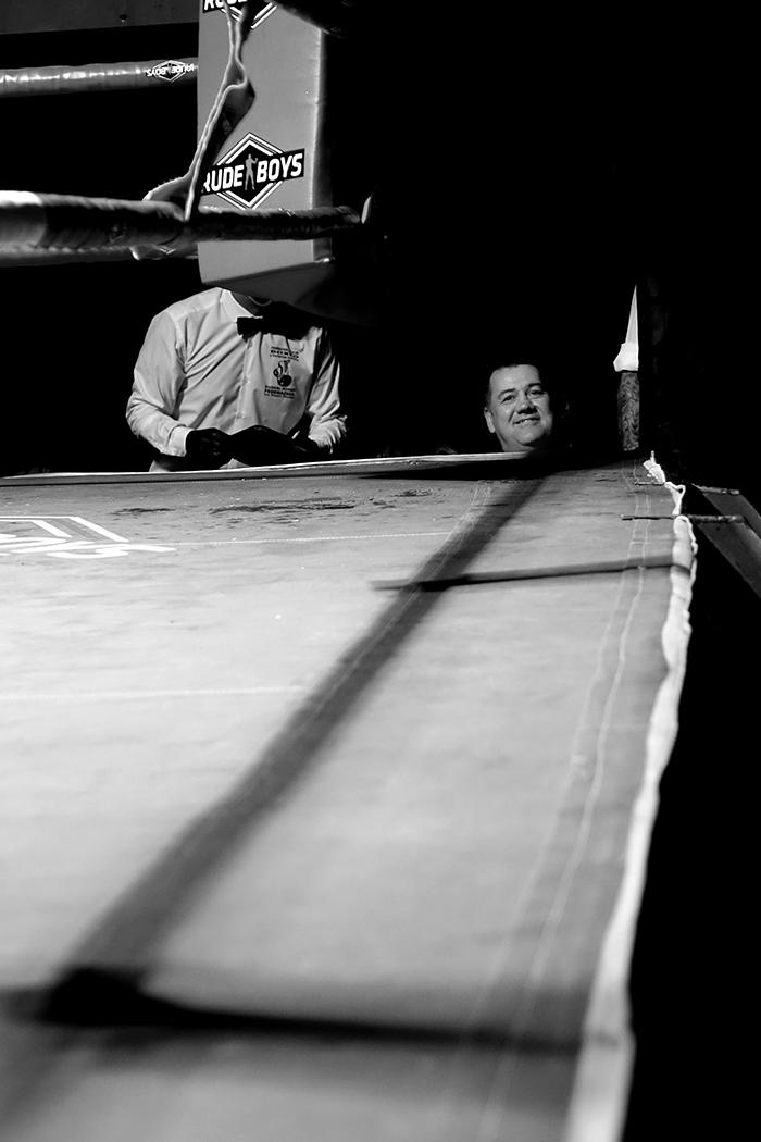 Velada de boxeo en Ordizia Guipuzcoa, juego de cabezas en la mesa de jueces