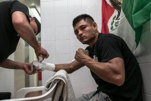 """Juan """"El Veneo"""" Ocura, 28 años y 11-5-0. Puro estilo mexicano."""