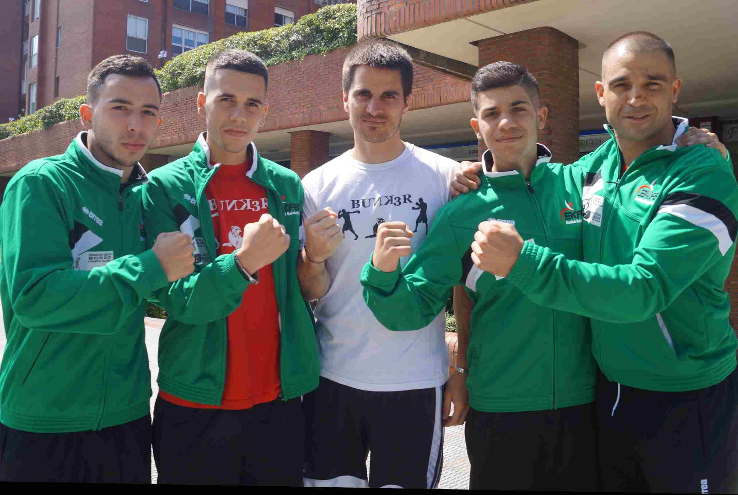 Jon Núñez, Danel Abando, Kepa Sabin, Andoni Domínguez y su padre, junto al gimnasio del Club Bunk3r en Getxo (Bizkaia).