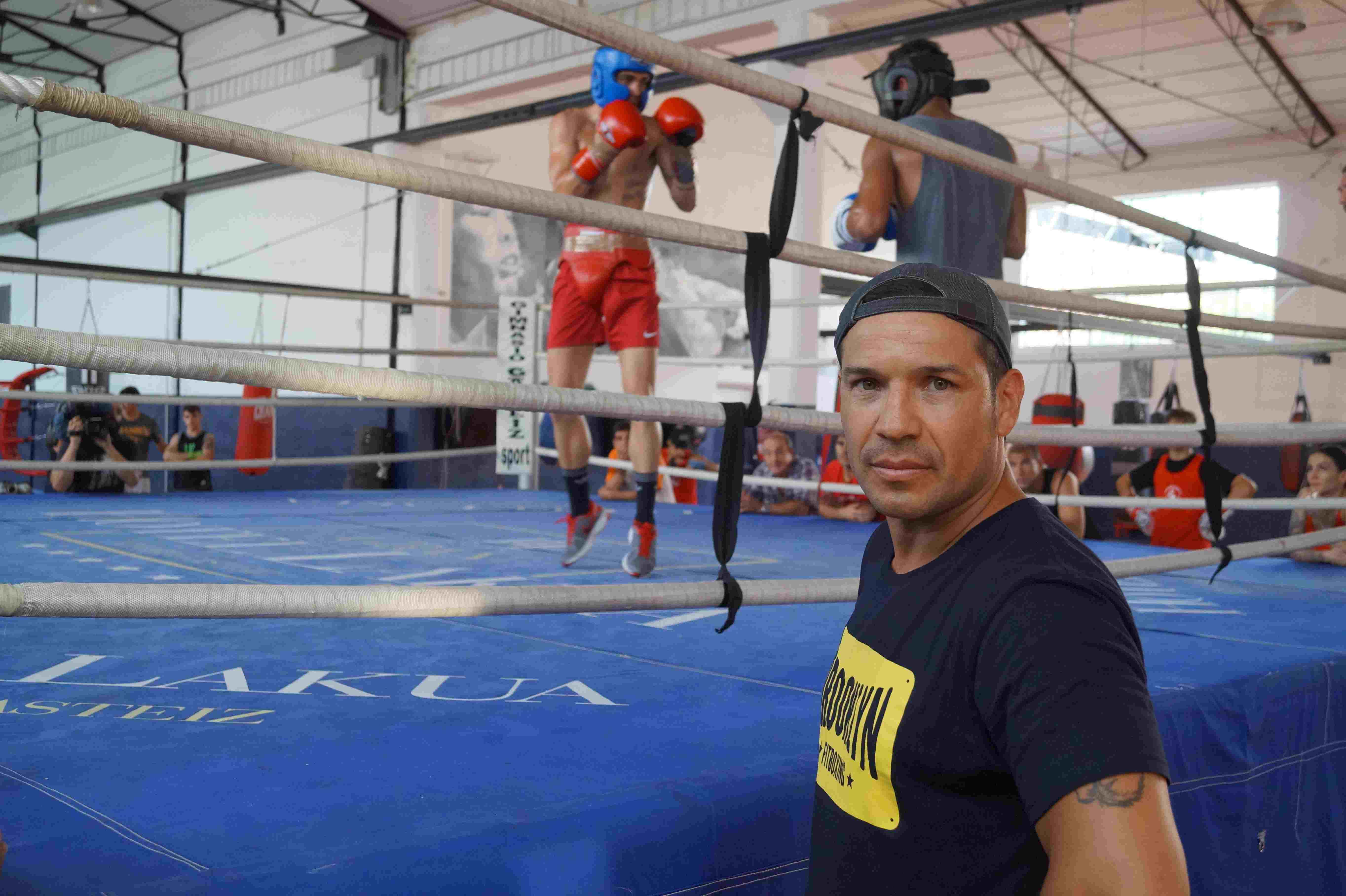 Sergio Martínez, varias veces campeón del mundo superwélter y medio, siguió el guanteo del boxeador de Etxebarri (Bizkaia) Jon fernández en el Gimnasio gasteiz Sport de Vitoria