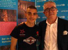 El boxeador Jon Fernández junto al presidente de UNICEF Comité País Vasco, señor Isidro Elezgarai