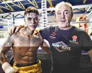 El boxeador Kevin Baldospino, tras venecer en su debut con su manager José Luis Celaya