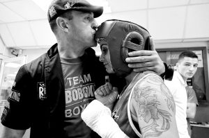 Brunet recibe el apoyo de su entrenador antes de salir a boxear en la anterior eliminatoria de Spanish Legends. (FOTO: Iñaki Mendizabal).
