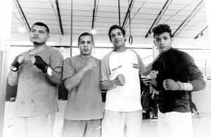 Ricardo Fernández, en el centro, junto a su entrenador Rolando Mirabales, su hermano Guillermo y un compañero de gimnasio.