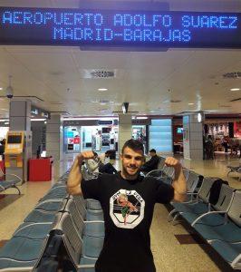 El luchador jarrero Ander Sánchez hace unas horas, cuando estaba a punto de tomar su rumbo a China.