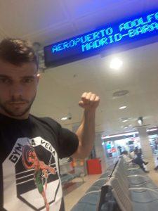 El luchador de MMA de Haro, Ander Sácnhez, en el aeropuerto de Madrid - Barajas