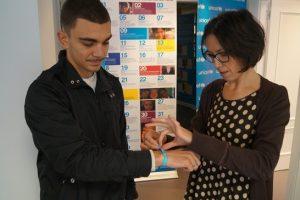 Elsa Guerrero coloca a Jon Fernández la pulsera de UNICEF.