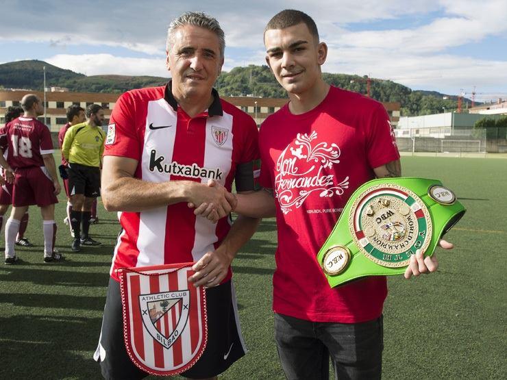 Jon Fernández junto al técnico del Athletic, Joseba Aguirre, antes de un partido benéfico en Etxebarri (Bizkaia).