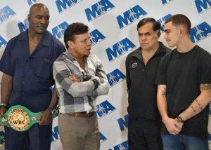 Fernández charla con Pipino Cuevas, Daniel Zaragoza y Evander Holyfield.